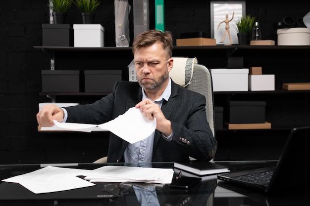 Biznesmena obsiadanie przy komputeru stołem i łzy dokumentujemy