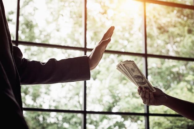 Biznesmena odmawiania pieniądze, dolarowi rachunki - anty przekupstwa i korupci pojęć.