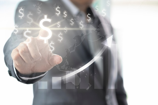 Biznesmena palca punkt dolar amerykański znak dla inwestyci i pieniężny analizuje z infographic mapą.