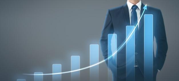 Biznesmena planu wykresu wzrosta wykresu pozytywni wskaźniki w jego biznesie