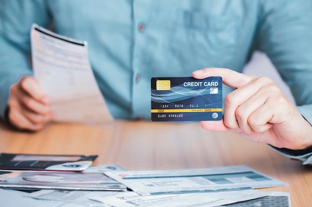 Biznesmena płatniczego rachunku kwit z kredytową kartą, biznesowy handel elektroniczny płacić kredytowej karty długu pojęcie