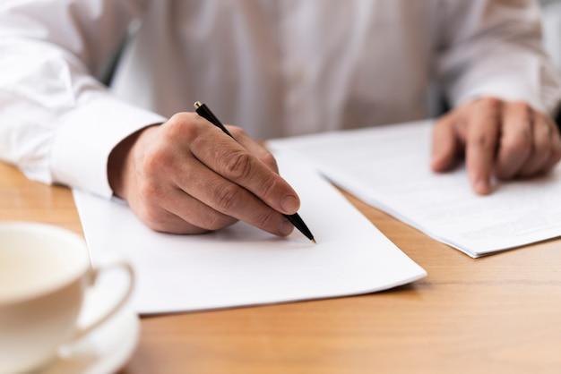 Biznesmena podpisywania papiery przy biurem