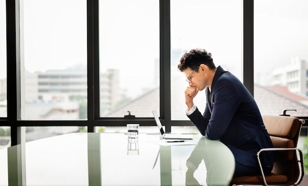 Biznesmena przedsiębiorcy planowania stresu poważny pojęcie
