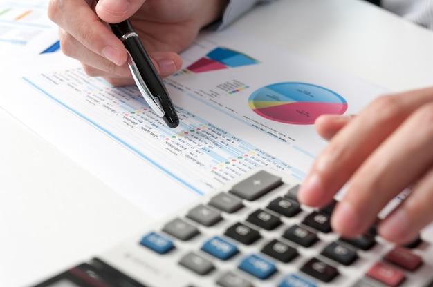 Biznesmena przedstawienie analizuje raport. koncepcja wydajności biznesowej