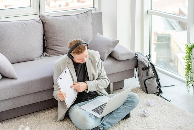 Biznesmena seansu papiery podczas online konferenci