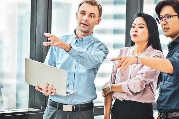 Biznesmena spotkanie z biznes drużyną w biurze