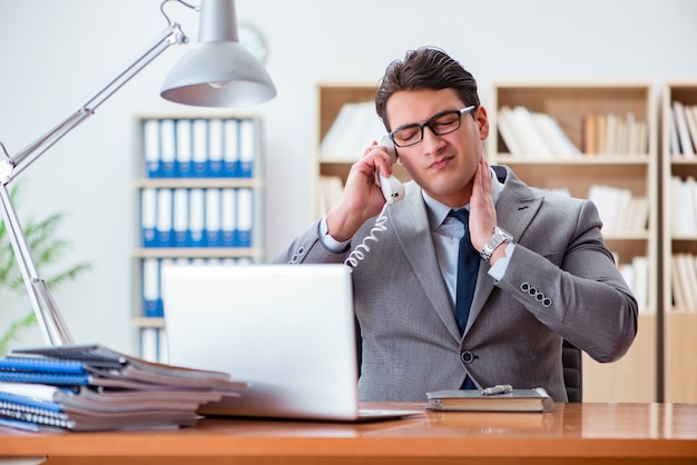 Biznesmena uczucia ból w biurze