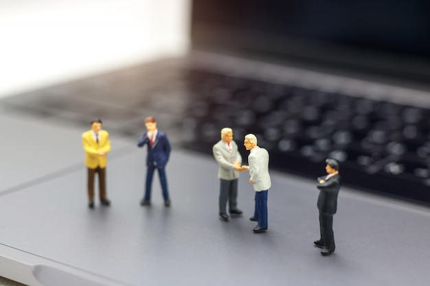 Biznesmena uścisk dłoni biznesowy sukces online na laptopie.