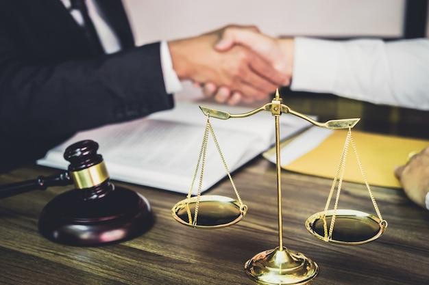 Biznesmena uścisk dłoni z męskim prawnikiem po dyskutować dobrą transakcję kontrakt