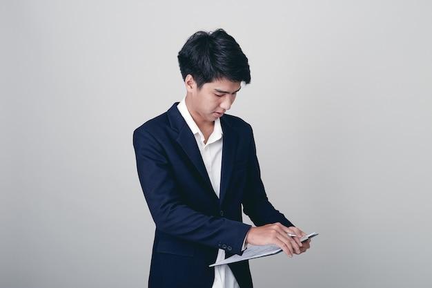 Biznesmena writing w notatniku na bielu