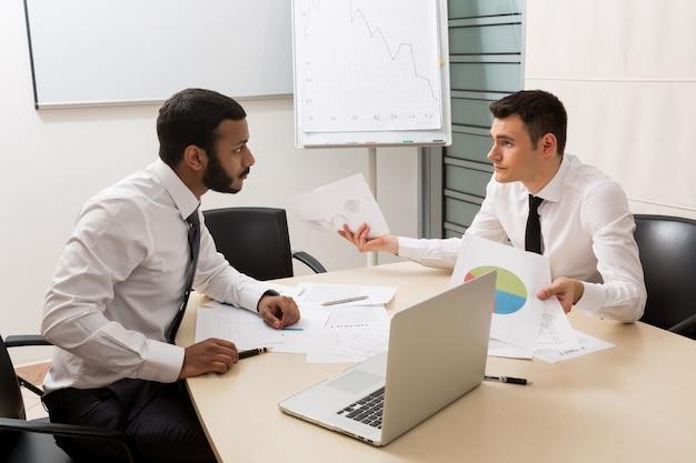 Biznesmeni aktywnie dyskutują o udanych młodych chłopakach projektu