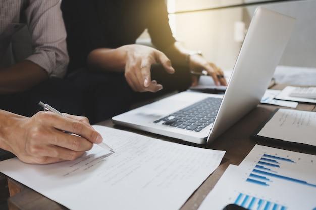 Biznesmeni analizujący na papierze danych wyceny