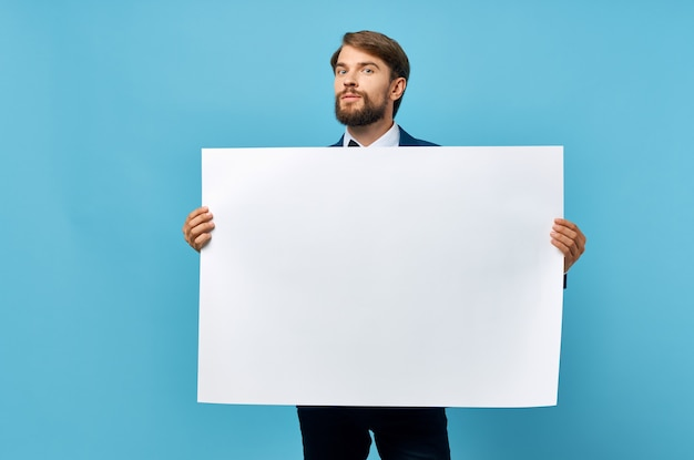 Biznesmeni biała księga w rękach marketingu na białym tle