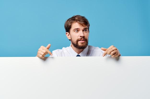 Biznesmeni biała makieta plakat w ręku reklama niebieskie tło