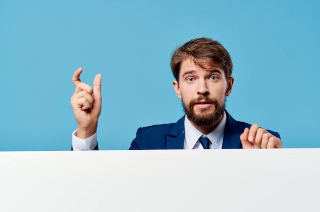 Biznesmeni biała makieta plakat w studio reklamowym