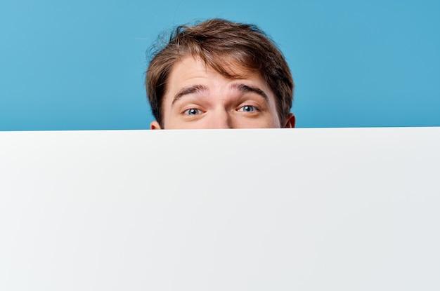 Biznesmeni biały arkusz prezentacji reklama na białym tle. zdjęcie wysokiej jakości