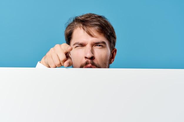 Biznesmeni biały plakat makieta w ręku reklama na białym tle