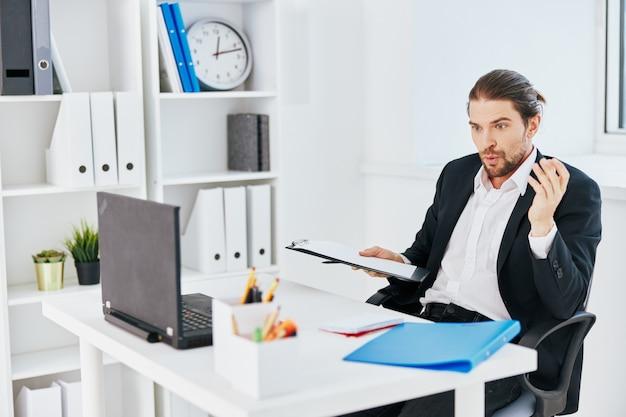 Biznesmeni biuro pracy dokumenty z telefonem w ręku styl życia
