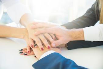 Biznesmeni broguje each inny rękę na białym biurku