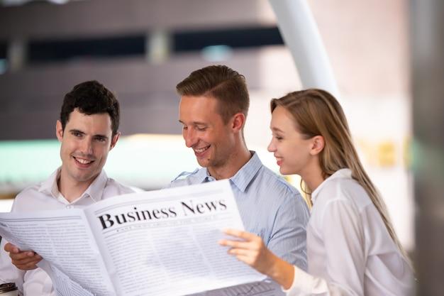 Biznesmeni czytanie gazet biznesowych