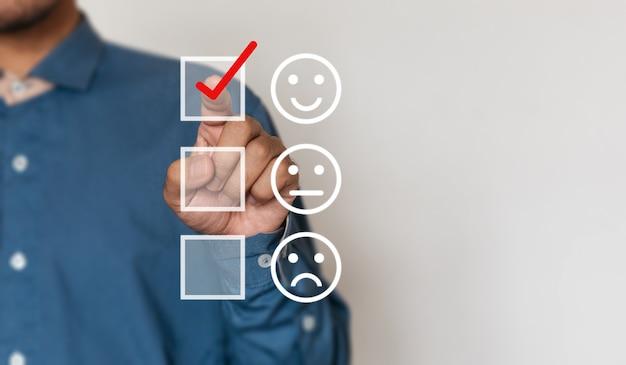 Biznesmeni decydują się na ocenę wyniku szczęśliwych ikon z miejsca na kopię. koncepcja badania satysfakcji klienta i satysfakcji biznesowej
