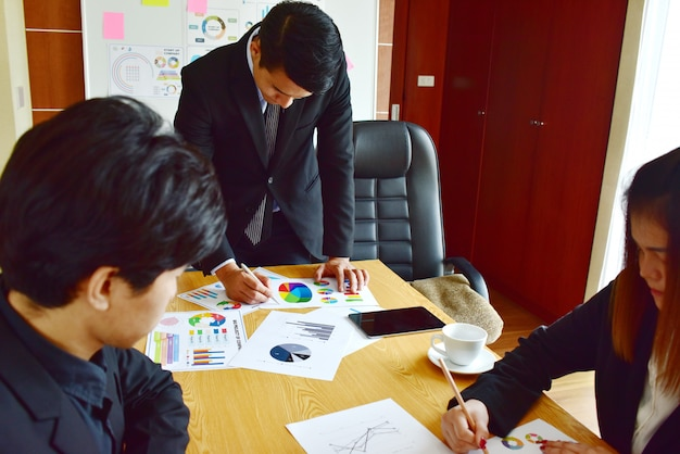 Biznesmeni dołączają do sesji burzy mózgów, aby pracować nad ważnymi projektami. pomysł na biznes