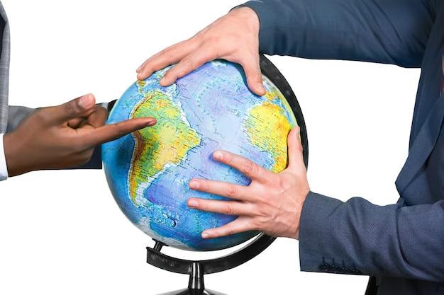 Biznesmeni dotykają świata. dzieląc świat. ważny moment. źródło kłopotów.