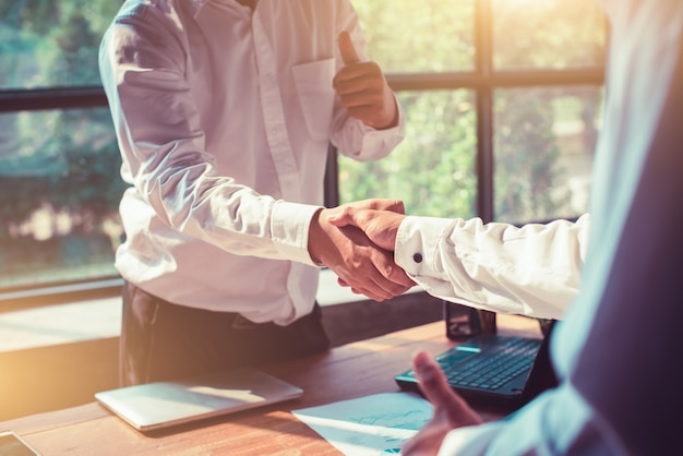 Biznesmeni drżenie rąk w biurze.
