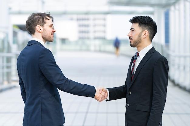Biznesmeni drżenie rąk