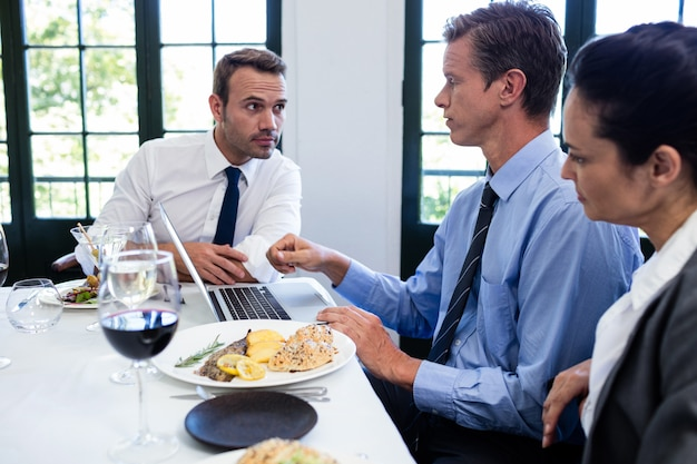 Biznesmeni dyskutuje podczas biznesowego lunchu spotkania