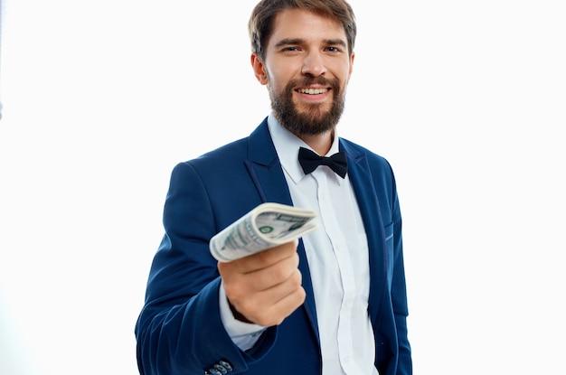 Biznesmeni finansują sukces na białym tle