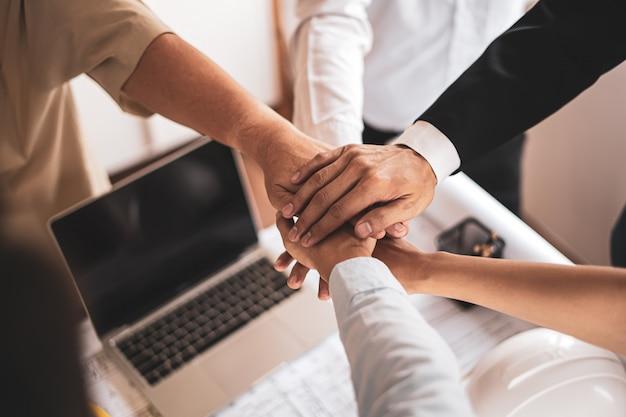Biznesmeni i inżynierowie współpracują ze sobą, aby tworzyć udane projekty, koncepcje pracy zespołowej.