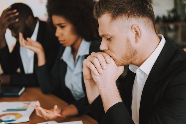 Biznesmeni i kobiety biznesu myślą o czymś