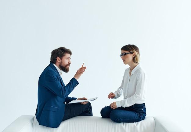 Biznesmeni i kobiety siedzący na kanapie w zespole komunikacyjnym