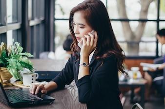 Biznesmeni i kobiety używają mobilnego i dotykowego smartfona do komunikacji