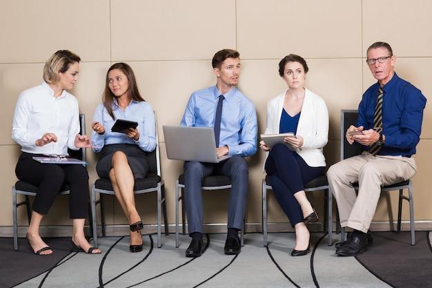 Biznesmeni i przedsiębiorców posiedzenia i oczekiwania