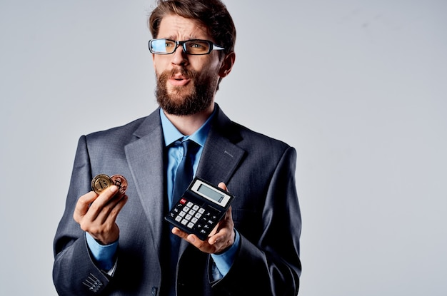 Biznesmeni internet technologia handel wydobycie bitcoinów na białym tle