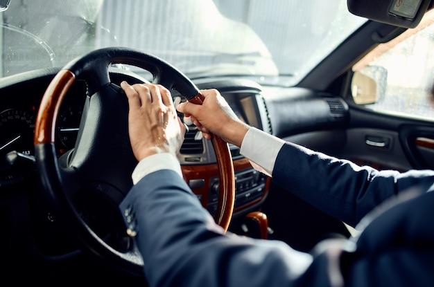 Biznesmeni jazdy samochodem luksusowy styl życia sukces