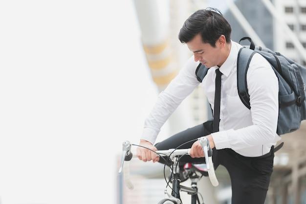Biznesmeni jeżdżą na rowerach