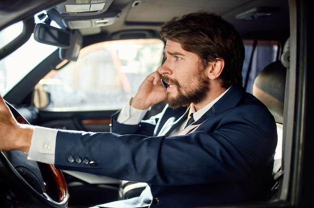 Biznesmeni jeżdżący samochodami luksusowy styl życia usługi sukces bogaty