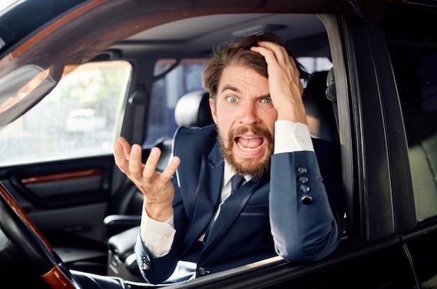 Biznesmeni jeżdżący samochodami w luksusowych usługach lifestylowych