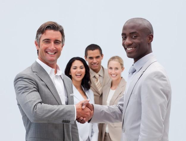Biznesmeni kaukaski i afro-amerykański, ściskając ręce