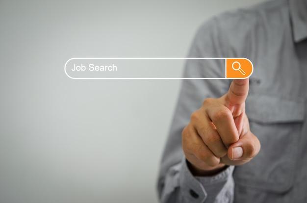 Biznesmeni klikają w internecie, aby wyszukać pracę na ekranie dotykowym komputera