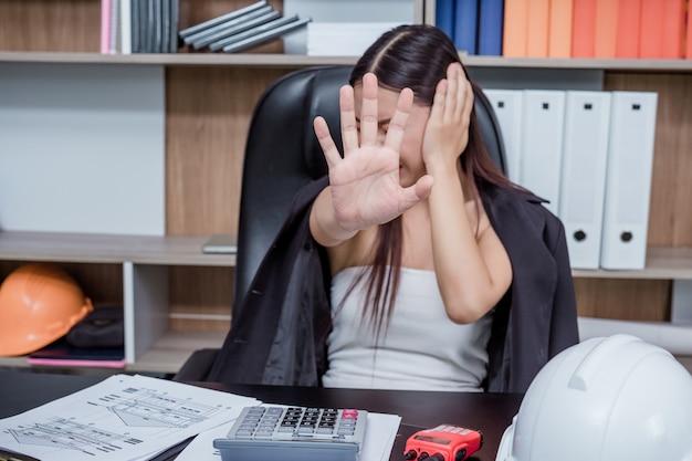 Biznesmeni, kobiety pracujące w biurze ze stresem i zmęczeniem.