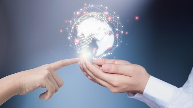 Biznesmeni korzystają z innowacyjnych technologii. techniki mieszane, koncepcje cyfrowe i łączenie świata.