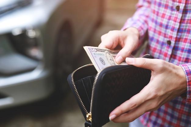Biznesmeni kupują i sprzedają używane samochody