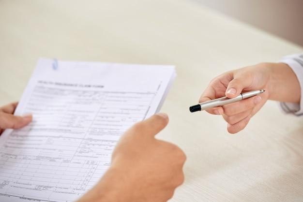 Biznesmeni na negocjowanie podpisania umowy