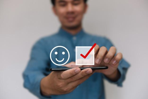 Biznesmeni noszący jasnoniebieskie shi wybierający poziom ikon oceny satysfakcji z miejsca na kopię.