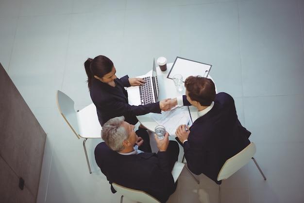 Biznesmeni o dyskusji na spotkaniu