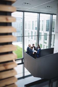 Biznesmeni o dyskusji w biurze
